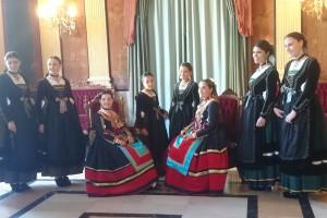 Las reinas y damas de las fiestas se presentan con los trajes oficiales