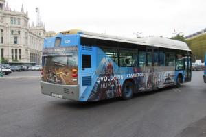 La imagen del Museo de la Evolución Humana y de Atapuerca, presente en varios quioscos y en un autobús del centro de Madrid