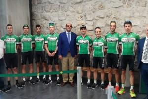 Las oficinas centrales de Cajaviva Caja Rural recibe al equipo participante en la XXXIX edición de la Vuelta Ciclista a Burgos