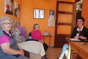 Se presta apoyo a vecinos que viven en sus casas solos o con sus progenitores y no acuden a ningún centro