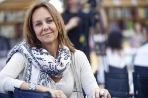 La escritora María Dueñas presenta en el MEH las hijas del capitán
