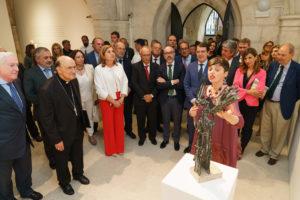 El presidente de la Junta de Castilla y León inaugura la exposición del escultor Venancio Blanco en la Catedral de Burgos
