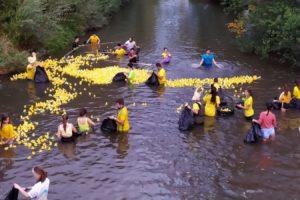 4.000 Patitos han navegado por el Arlanzón en la VI Carrera Solidaria organizada por Aquí Sí Burgos y Amycos
