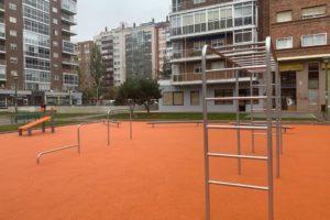 El Ayuntamiento instala un nuevo parque de Calistenia en la Plaza Roma de Gamonal
