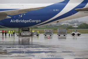 La Junta de Castilla y León recibe el mayor cargamento de material de protección, 675 metros cúbicos en un Boeing 747 procedente de Shanghai