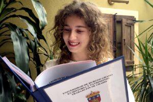 La estudiante de la UBU Alba Mínguez Angulo recibe el Premio Profesor Luis Martínez al mejor TFG