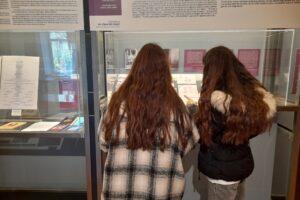Alumnos del Enrique Flórez de Burgos visitan la exposición la Literatura En Clave de Mujer