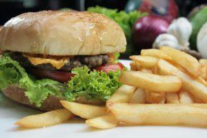 Los hábitos alimentarios durante el confinamiento podrían habernos debilitado frente a la COVID-19