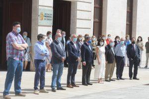 La Diputación Provincial de Burgos se concentra en la fachada principal en un emotivo silencio