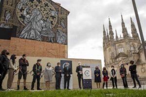 El dúo francés MonkeyBird trabaja en un mural monumental en el que homenajea a la Catedral de Burgos por su VIII Centenario