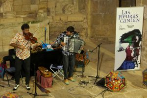 Más de ciento cincuenta personas disfrutan al son de Fetén Fetén en el primer concierto de Las Piedras Cantan