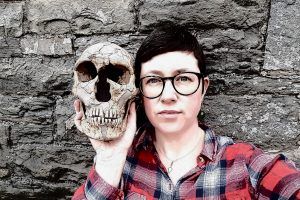 La investigadora y conocida escritora científica británica Rebecca Wragg Sykes elige el MEH para presentar su libro 'Neandertales' en España