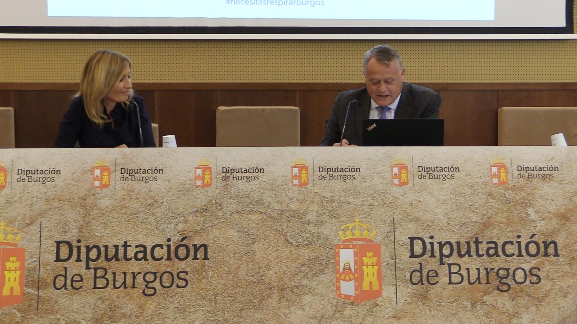 Lorenzo Rodríguez y la periodista Rocío Martínez anuncian la ganadora del concurso de microrrelatos Burgos Origen y Destino