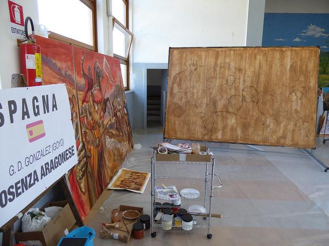 Goyo Domínguez en Cosenza a la dcha el primer panel y de frente el boceto del segundo